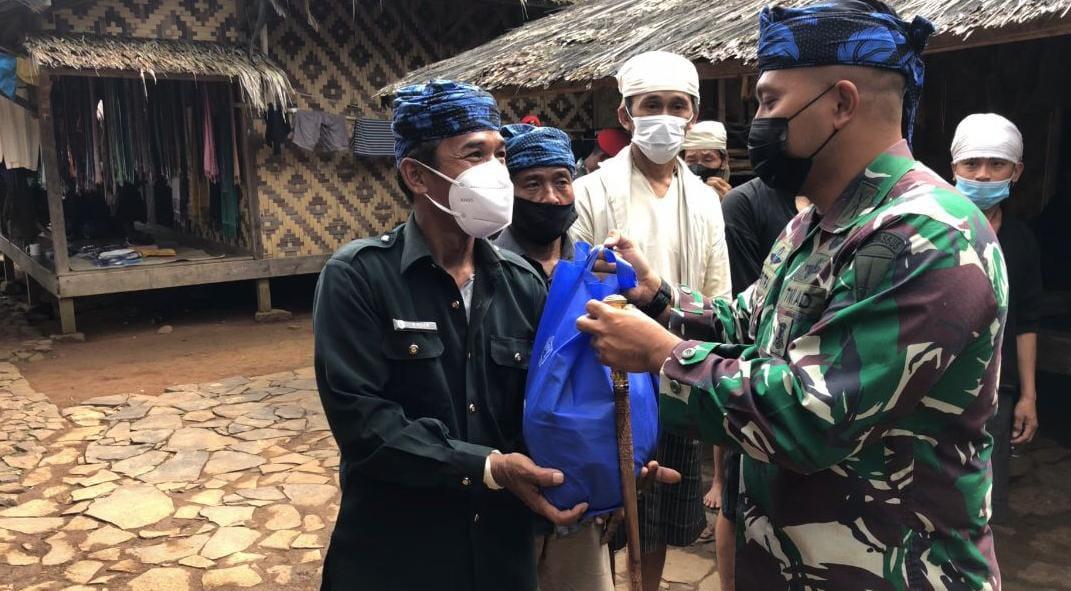 Komandan Grup 1 Kopassus Berikan Langsung Paket Sembako ke Masyarakat Baduy