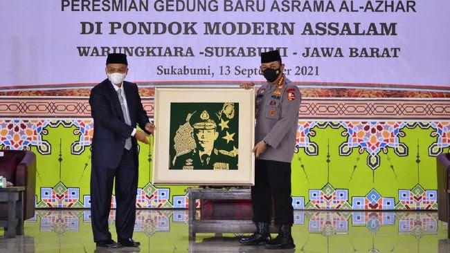 Tinjau Vaksinasi se-Jawa Barat, Kapolri Resmikan Gedung Ponpes Assalam Sukabumi