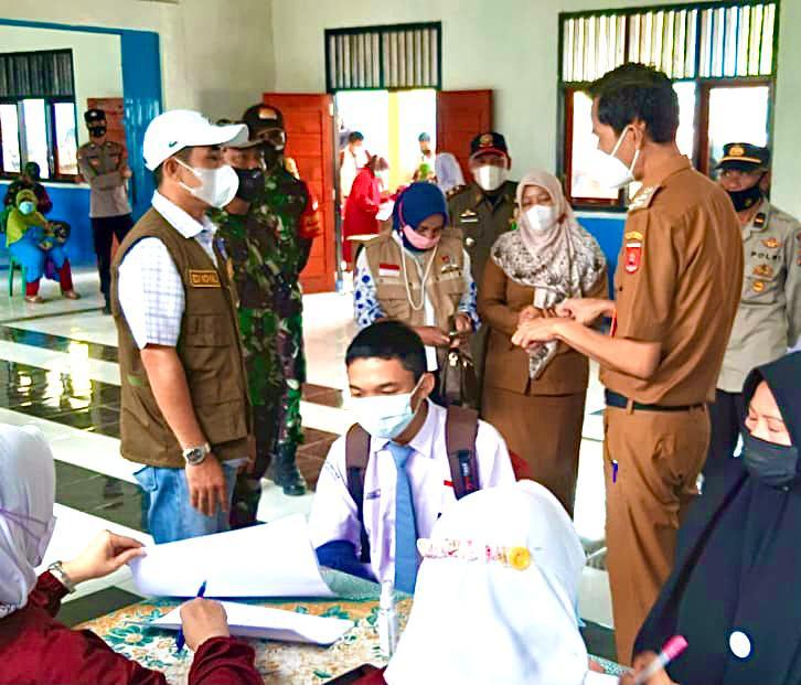 Ketua DPRD Lampung Barat Tinjau Vaksin Gratis Di Sekolah