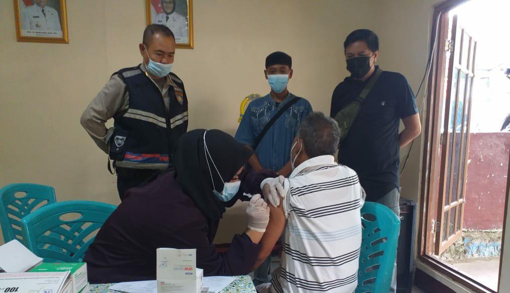 Bhabin Sukapura Polsek Utbar Monitoring Vaksinasi Covid-19 dan Patroli PPKM Mikro